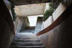 Las sombras de la construcción se proyectan sobre las paredes de los enterramientos. Contrafuertes y ese ritmo de sombras definen las paredes...